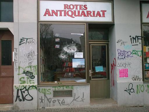 Rotes Antiquariat - Scheiben eingeworfen, Bild 1